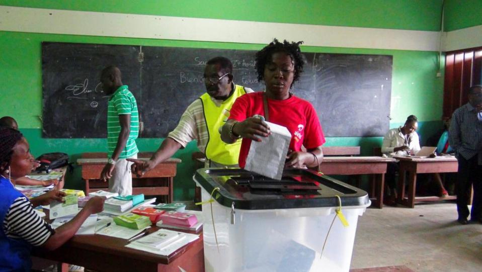 Elections: impatients et anxieux les Gabonais attendent les résultats