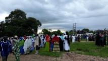 Plusieurs centaines de Gambiens venus pour les funérailles de Aja Asombi Bojang, mère de l'ancien président Yahya Jammeh, dans le village de Bujinga, en Gambien, le 4 août 2018.