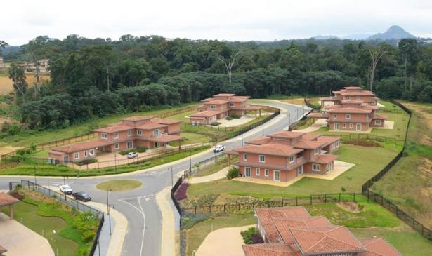 Photo aérienne de quelques villas dans la nouvelle ville, Oyala.