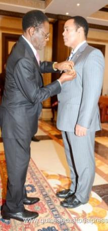 Guinée Equatoriale : Le Président Obiang Nguema décore un héros qui lutte contre l'esclavage !!!!