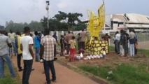 """Des """"patriotes"""" centrafricains exhument et exposent le trône de Bokassa"""