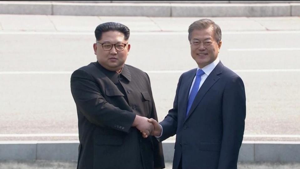 Poignée de mains entre Kim Jong-un et Moon Jae-in à Panmunjom le 27 avril 2018.