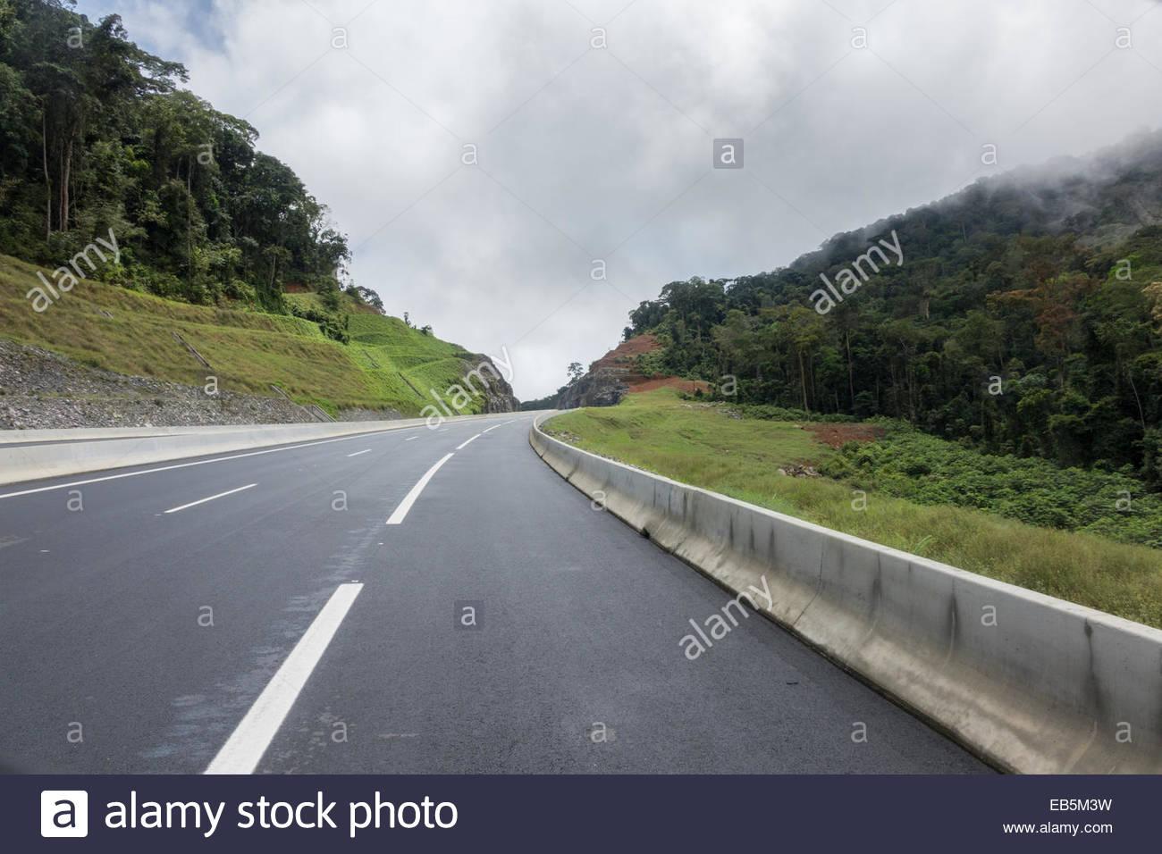 Autoroute moderne entre Bata et de Mongomo et la nouvelle ville d'Oyala en Guinée équatoriale