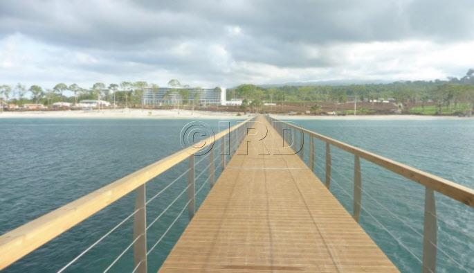 Vue sur la passerelle donnant accès à l'îlot Horacio depuis le quartie de Sipopo sur l'îlot Bioko en Guinée Equatoriale