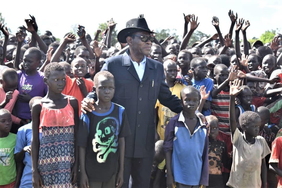 Photo du Président Obiang Nguema Mbasogo visitant un camp de réfugiés en Ouganda