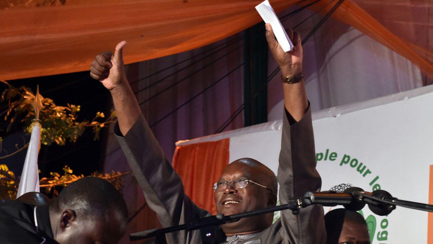 Burkina: Kaboré investi, et marque la fin de la transition post-Compaoré