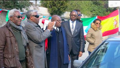 Des têtes blanches massées devant l'ambassade de Guinée-Equatoriale en Espagne