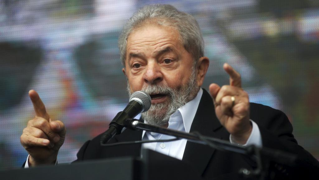 Brésil: Lula revient aux affaires à un poste de ministre, à l'abri de la justice